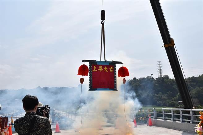 苗栗縣北橫公路工程已完成83%,27日上午進行最後一塊鋼箱梁吊梁安裝作業。〔謝明俊攝〕