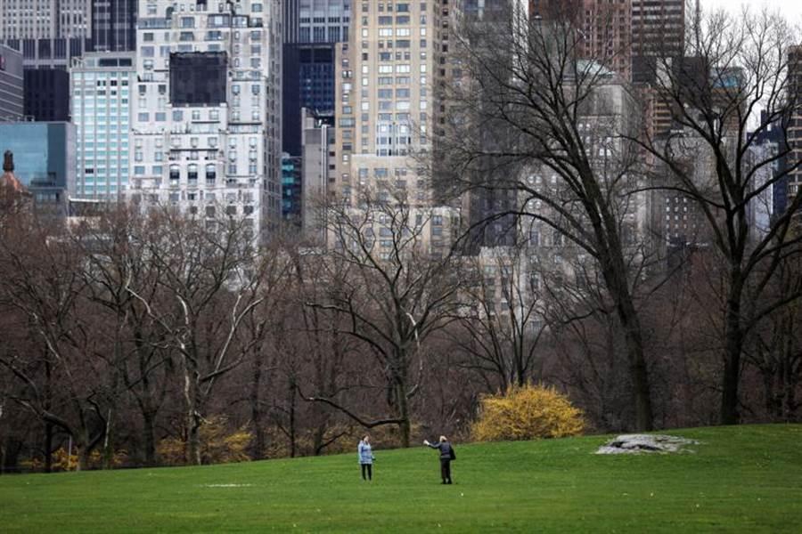 美國新冠肺炎確診案例不斷飆升,26日正式超越義大利,僅次於大陸。在疫情重災區紐約,中央公園人潮不再。(路透)