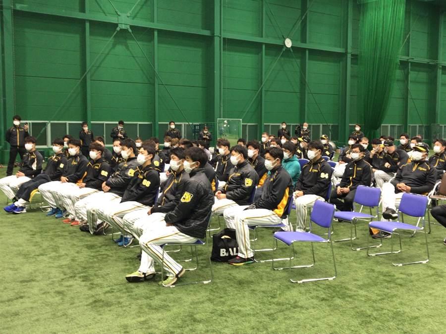阪神虎選手日前戴口罩上課。(截自阪神虎官方推特/鄧心瑜傳真)
