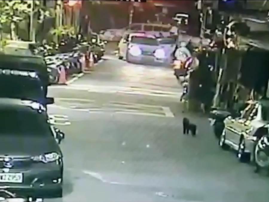 陳姓男子晚間遭人強押上車。(陳鴻偉翻攝)
