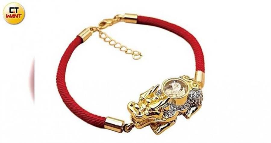 和麗星郵輪合作推出的「貔貅手環」,招財寓意受到喜愛。(圖/馬景平攝)