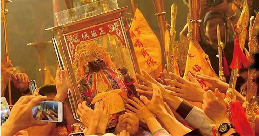 台灣媽祖信仰盛行,每年大甲媽祖遶境盛事,吸引大批信徒追隨朝聖。(圖/報系資料照)