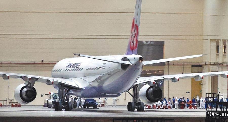第三批武漢包機即將成行,預計下周一抵台,將採「類包機」方式,兩個班次皆是華航航班,從上海浦東機場起飛。圖為第二批武漢包機3月10日晚間抵台。(本報資料照片)