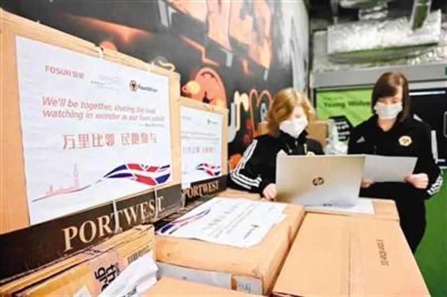 大陸復興基金會首批捐贈英國2300件醫護物資抵達倫敦。