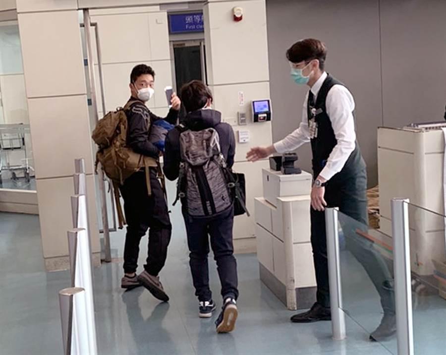 因航空公司疏失而受困桃機的2名日籍旅客(左、中),27日上午獲准搭機離境。(翻攝照片)