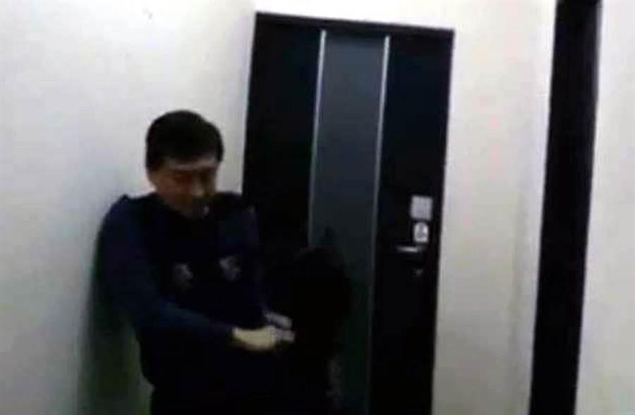 去年後壁炸彈客攻堅影片,台南市刑大大隊長林宏昇一馬當先。(翻攝照片/莊曜聰台南傳真)