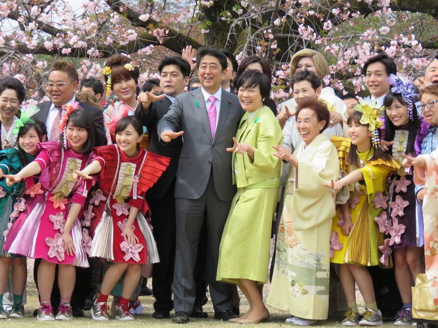 日本第一夫人安倍昭惠3月下旬與演藝圈名人賞櫻引起爭議。(示意圖,圖為日本首相安倍晉三攜昭惠夫人於2017年在新宿御苑辦的賞櫻會。黃菁菁攝)