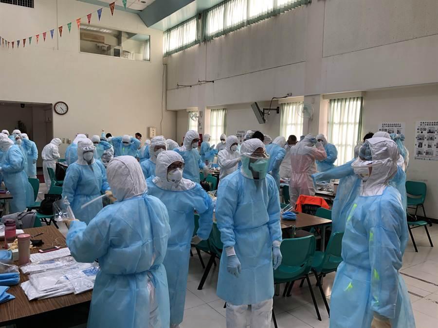 台南市連續8年舉辦「新興傳染病感染防治及防護衣穿脫教育訓練」,訓練醫護面對傳染病發生的應變方式。(台南市衛生局提供/程炳璋台南傳真)