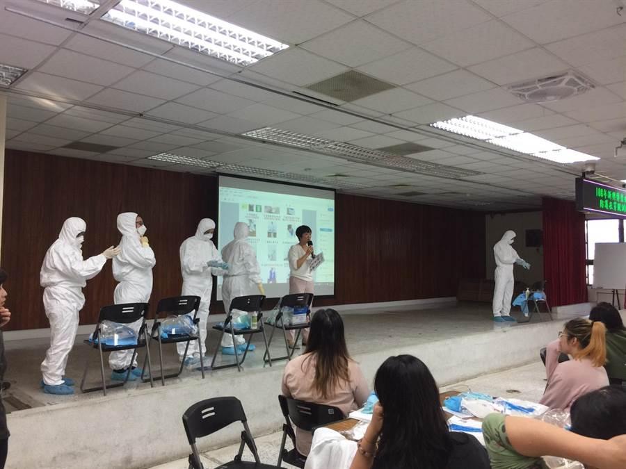 台南市各醫院每年都會提報人員前來受訓,台南市衛生局聘請講師,講解包括穿脫防護衣流程。(程炳璋攝)