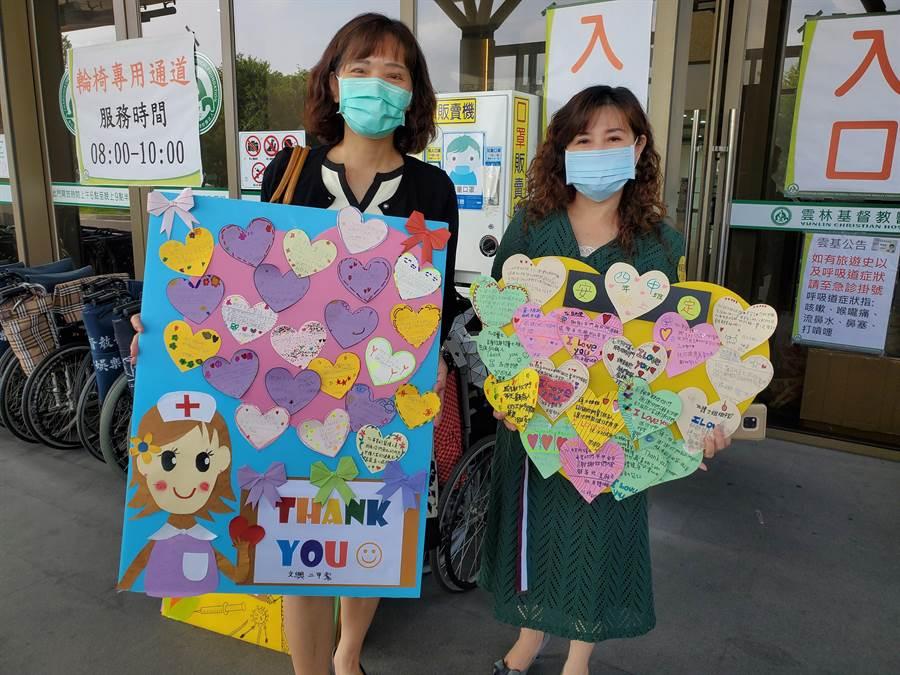文興國小校長王淑霞(左)與安定國小校長洪孟真個帶來該校寫給醫護人員的卡片,每個年級貼成一塊板子,共278張卡片。(周麗蘭攝)