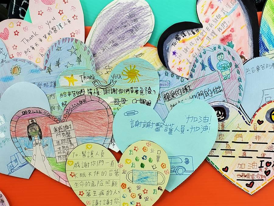 小朋友寫的卡片,老師編成一張漂亮的看板。(周麗蘭攝)
