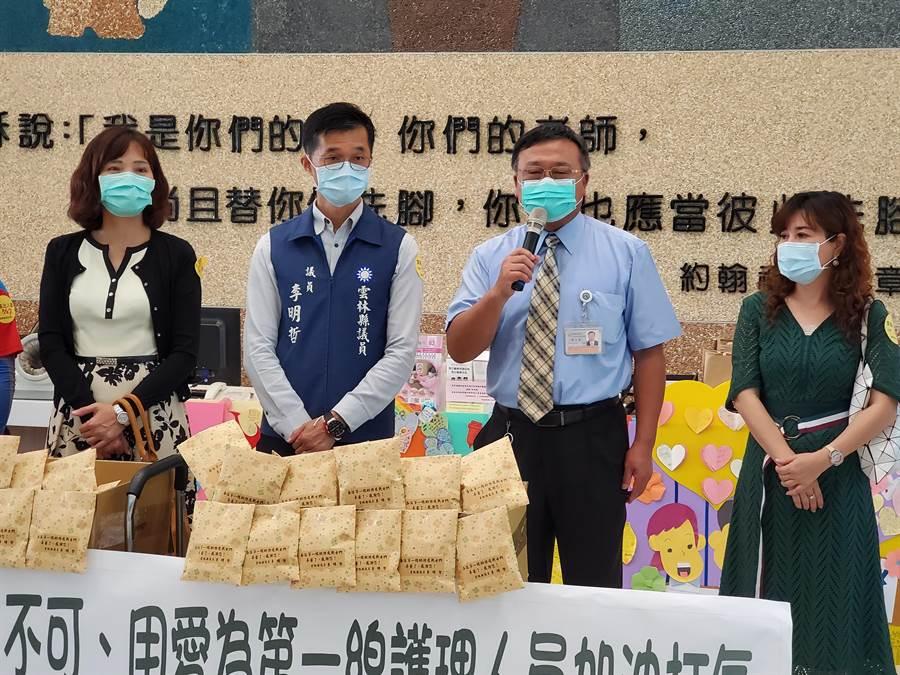 副院長楊文榮(右二)代表接受,他表示收到滿滿的愛和續航力。(周麗蘭攝)