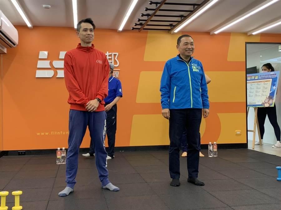 新北市長侯友宜今上午前往台北市與有線電視業者拍攝防疫教學影片。(許哲瑗攝)