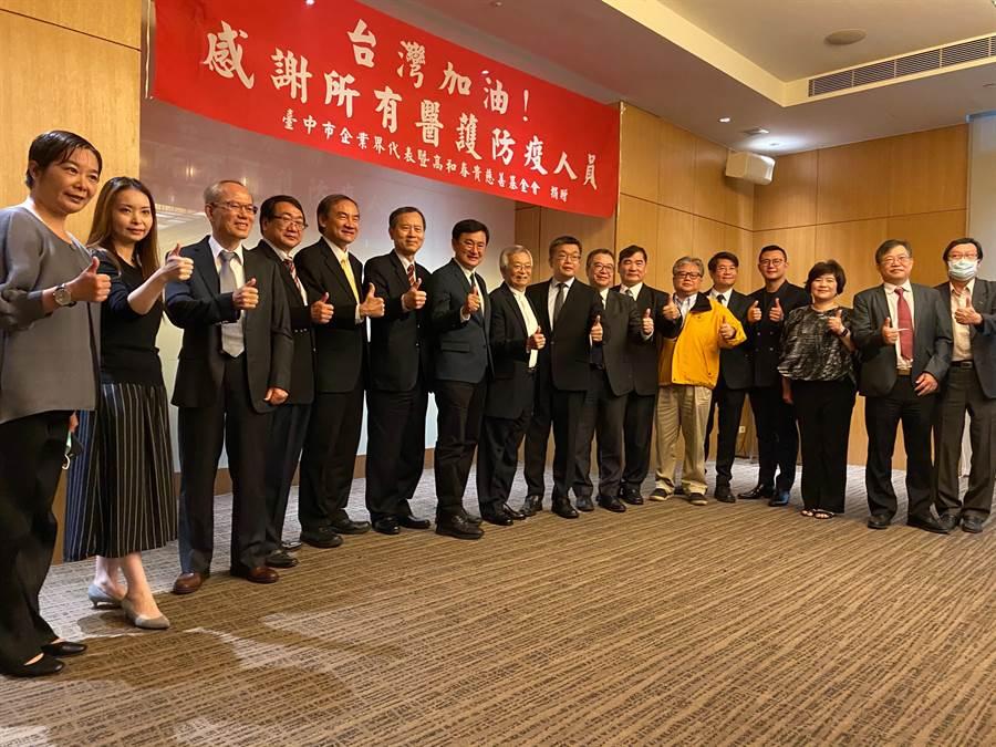 衛福部次長何啟功27日出席中部企業捐贈十家醫院防疫捐款記者會。(馮惠宜攝)