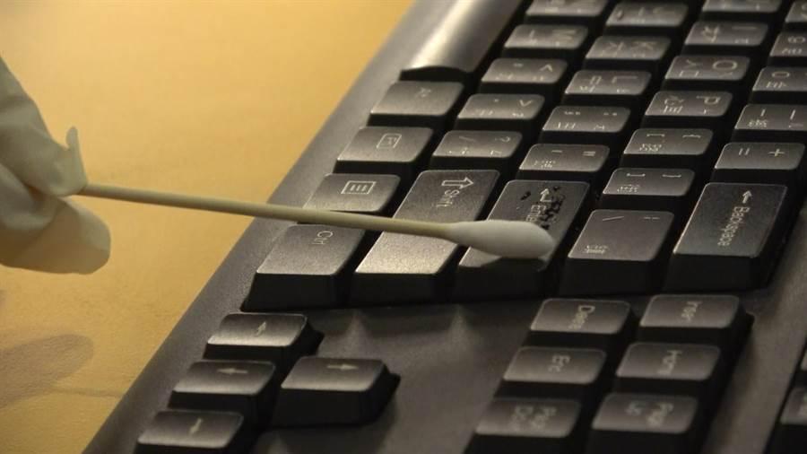 東吳大學校園記者和微生物學系聯手實測後發現,鍵盤測得菌落數是手機的21倍。(東吳大學提供/李侑珊台北傳真)