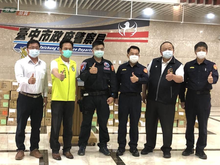 企業家宋俊明(左1)27日致贈6735副防疫護目鏡,給台中市警察局做為防疫用,警察局長楊源明(右3)代表受贈並表達感謝。(張妍溱攝)