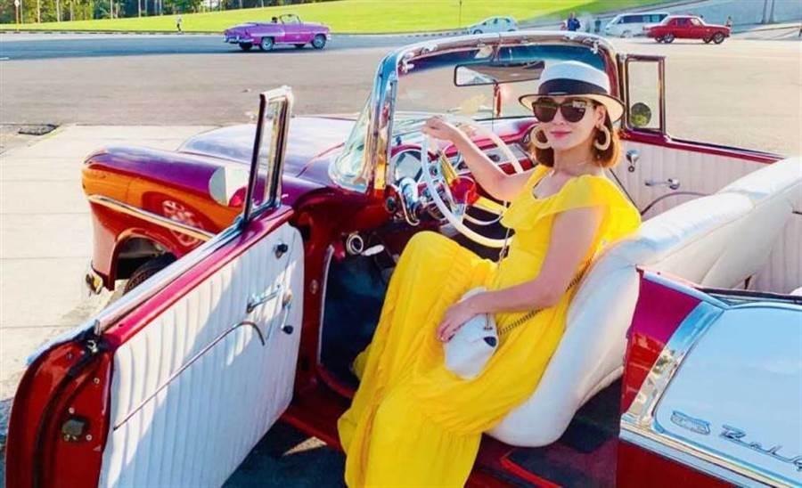 邱琦雯嘗鮮搭上古巴特有的老爺車。