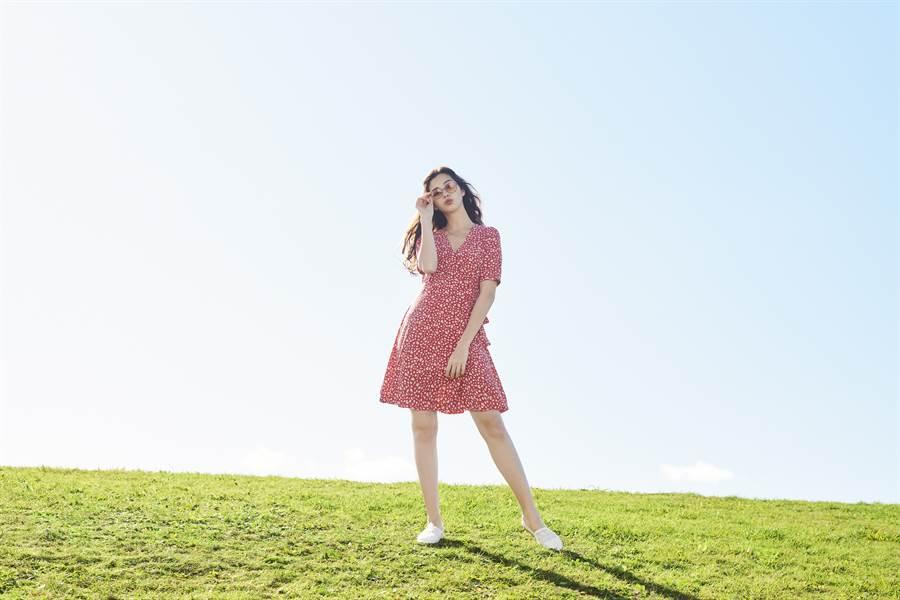 時尚不放假!浪漫GU紅色迷你印花連身裙,傘狀裙襬加上高腰設計,突顯修身好比例!(圖/品牌提供)