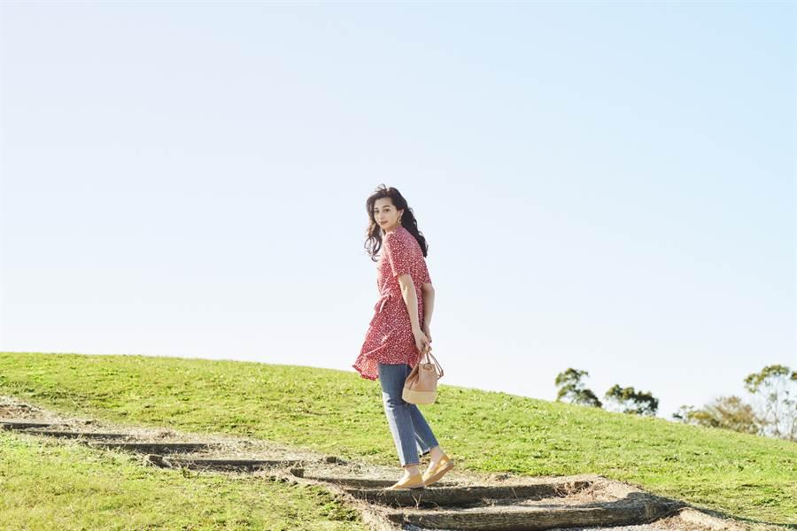 紅色迷你印花連身裙亦可當作長版上衣,搭配上直筒牛仔褲及編織小包,簡約俐落又方便!(圖/品牌提供)