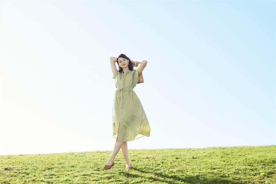 繫上腰帶的粉綠色立領抓皺連身裙,一件單穿就能呈現凹凸有緻的美麗身型,裙襬隨風飄逸搭配上平底淑女鞋,盡顯知性韻味。(圖/品牌提供)