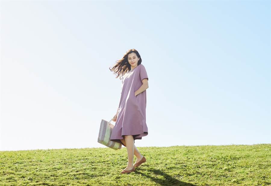 A Line連身裙以寬鬆舒適的版型及實用口袋設計,秀出迎向戶外的青春活力;選擇2020春夏流行的薰衣草紫及同色系條紋亞麻編織包,展現浪漫的渡假氣息。(圖/品牌提供)