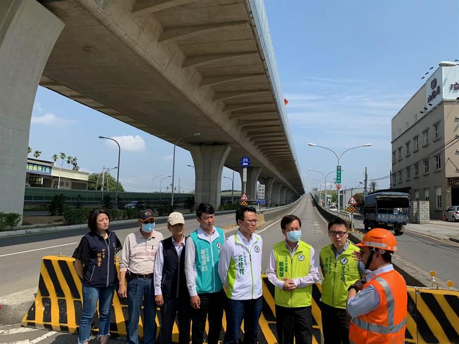 台74線快速道路西向松竹匝道入口,施工封閉達1年多,用路人必須繞道相當不便,民進黨立委莊競程(左5)27日與高公局現場會勘,預計8月將開放。(張妍溱攝)