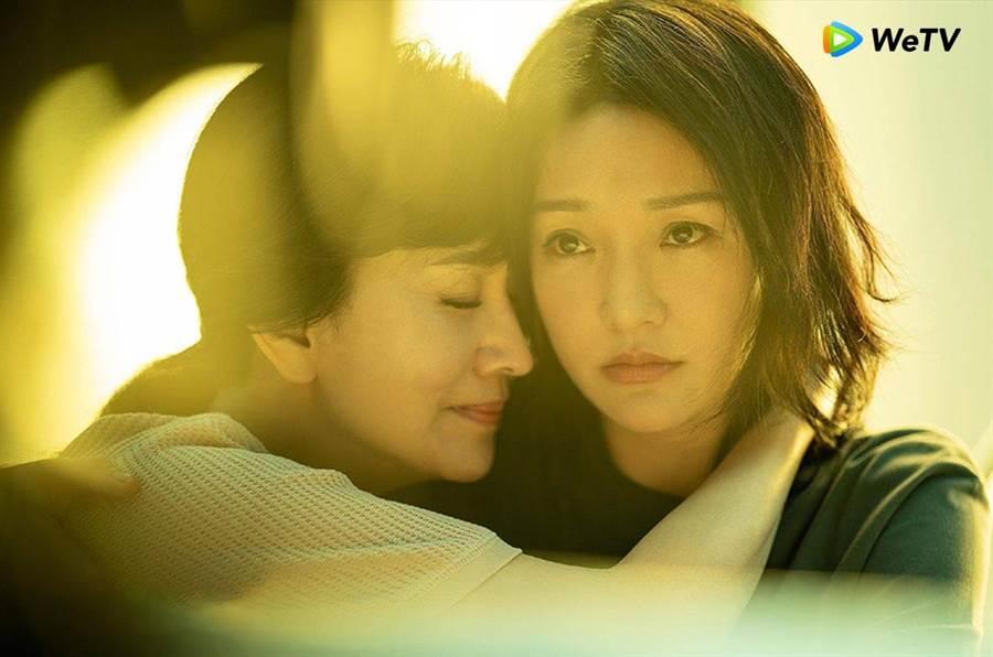 趙雅芝(左)在《不完美的她》演出周迅生母。(WeTV提供)