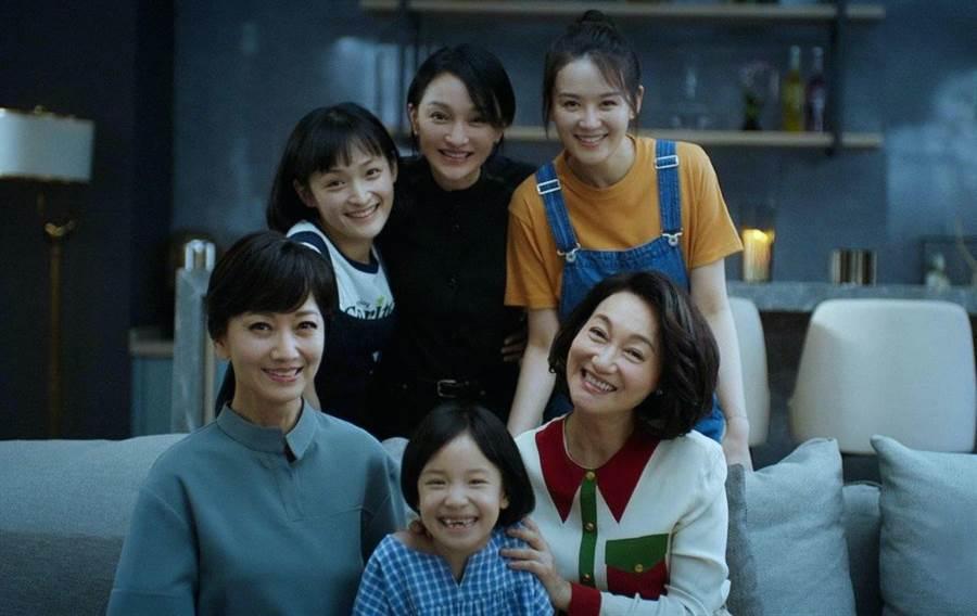 趙雅芝(前左一)惠英紅(前右一)與周迅(後中)演出《不完美的她》。(WeTV提供)