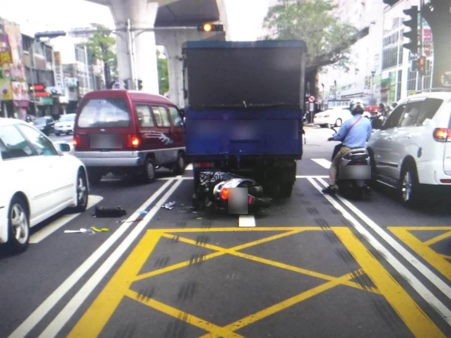 台中市北屯路與崇德2路口,1輛機車直接衝撞正在停等紅綠燈的貨車,騎士當場無生命跡象。(讀者提供/張妍溱台中傳真)