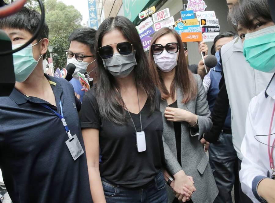 曾馨瑩與林熙蕾全程戴著口罩,下車後十指緊扣,低頭保持沈默。(圖/盧禕祺攝)