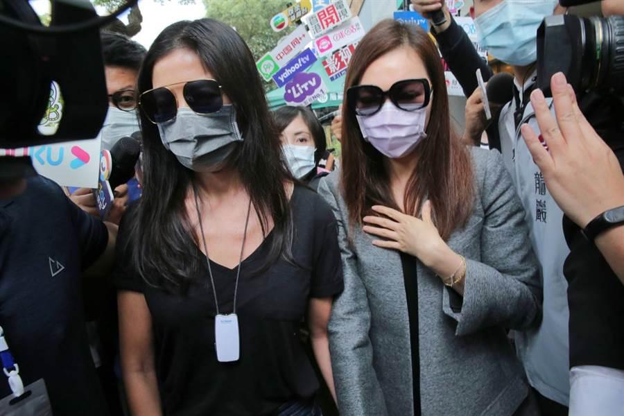 曾馨瑩與林熙蕾全程戴著口罩,低頭保持沈默。(圖/盧禕祺攝)