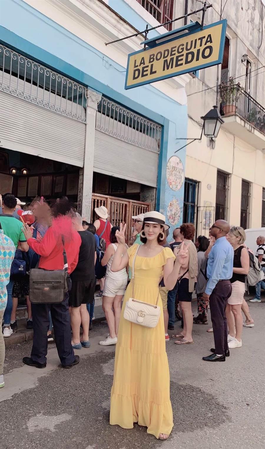 邱琦雯到海明威生前最愛去的五分錢酒館朝聖。(艾迪昇傳播提供)