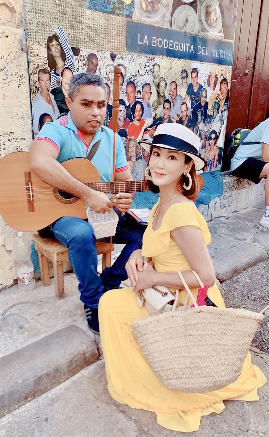 邱琦雯熱情地邀古巴街頭藝人合照。(艾迪昇傳播提供)