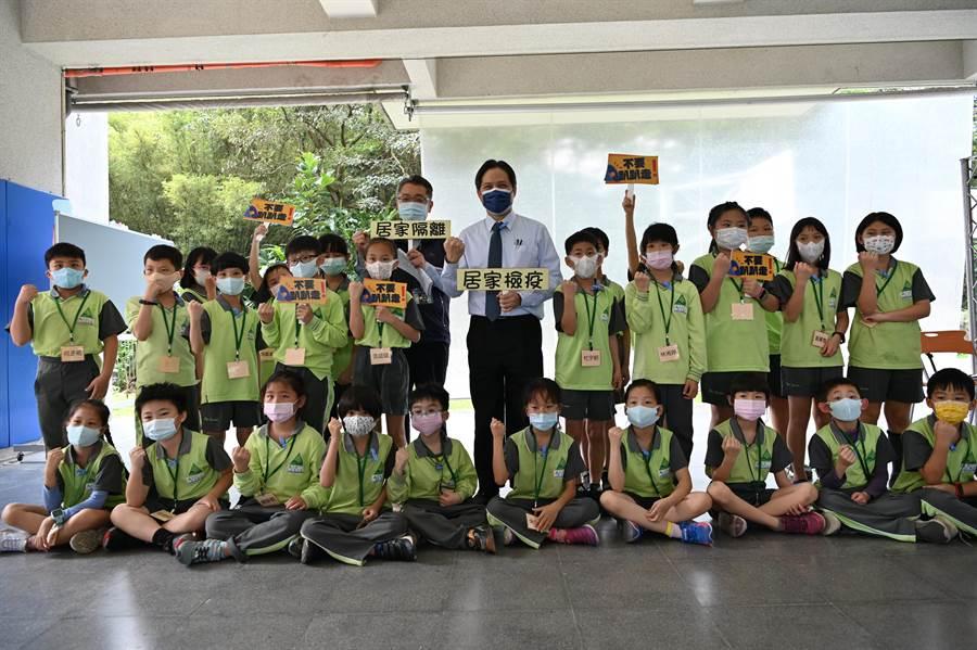 新北市副市長吳明機今(27日)也到達觀國中小與學生一起上輔導課。(葉書宏攝)