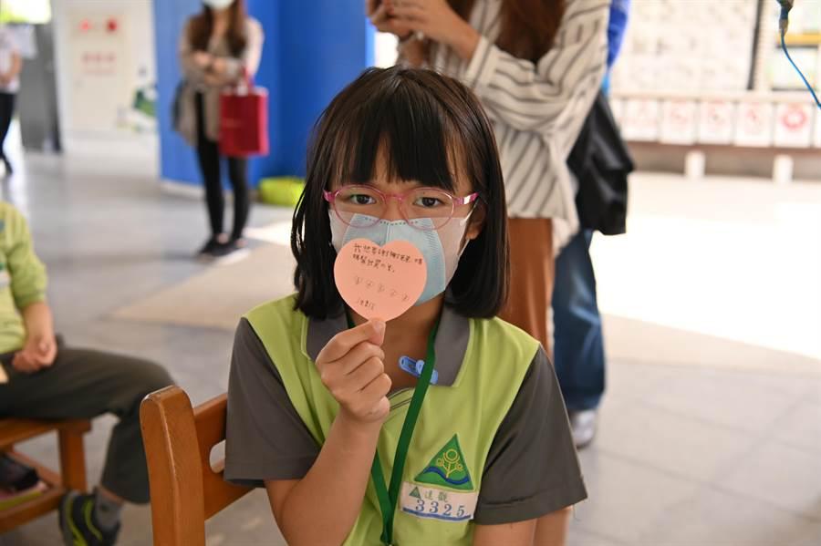 學生感謝心體驗活動,書寫防疫感謝卡。(葉書宏攝)