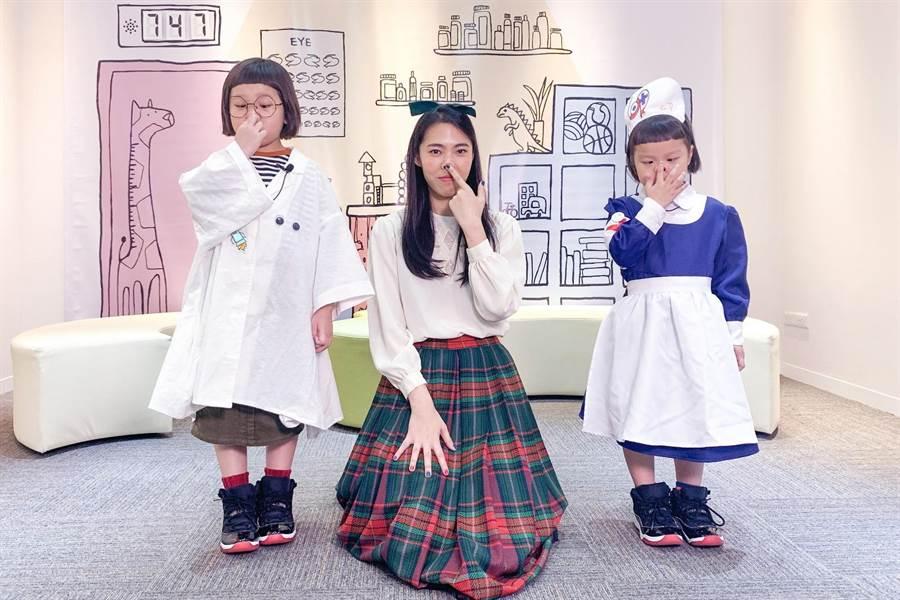 網紅姊妹花胖球和斯拉和王若琳一起跳舞。(索尼音樂提供)