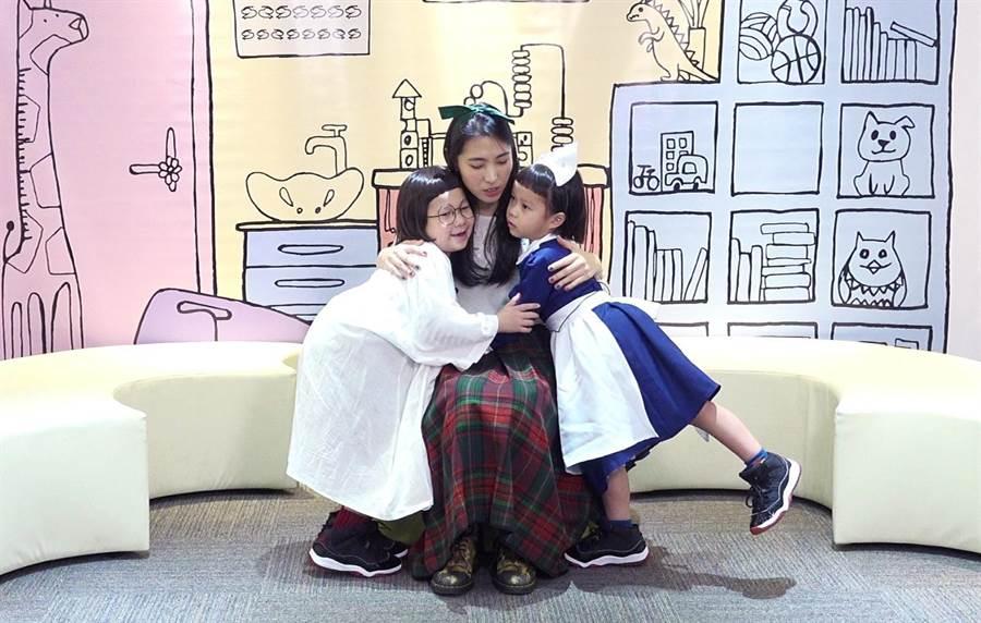 網紅姊妹花胖球和斯拉教王若琳卻鬧彆扭,最後三人抱一塊化解氣氛。(索尼音樂提供)