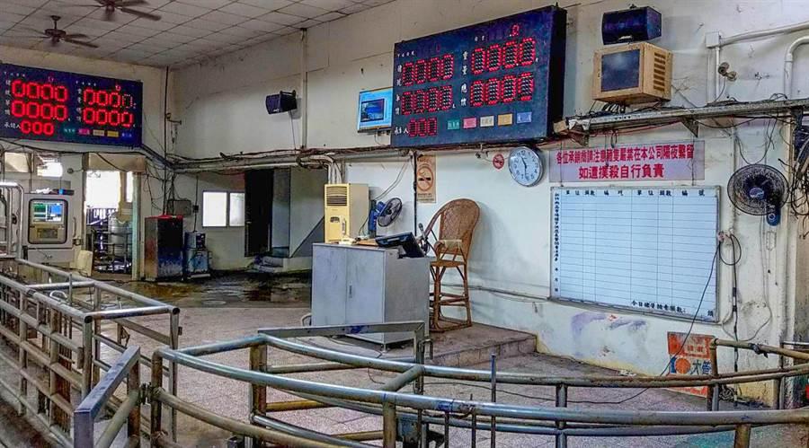 新竹肉品市場在拍賣場上方增設紅外線熱影像儀,隨時監測進場人員的體溫。(羅浚濱攝)