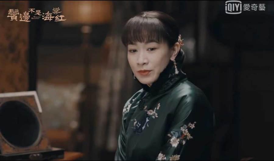 佘詩曼劇中為討黃曉明歡心,特別戴上耳環撒嬌。(圖/愛奇藝台灣站)