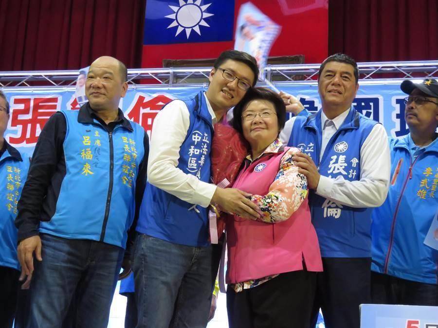 國民黨新北市中和區黨部今(27日)舉行主委改選,最後由會計師張智倫(左二)勝出。(葉書宏攝)