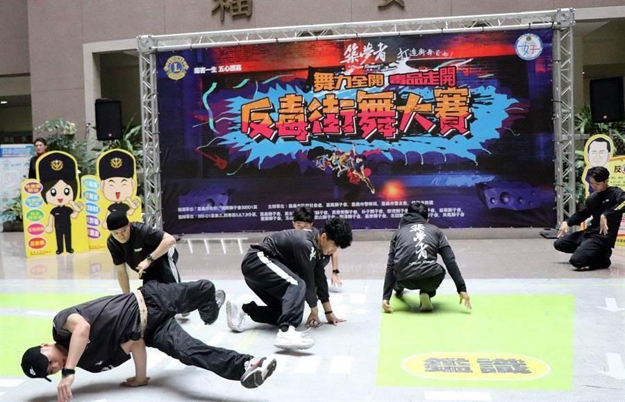 嘉義市反毒街舞大賽活動,暫停舉辦,圖為築夢者舞團表演精彩街舞。(廖素慧攝)