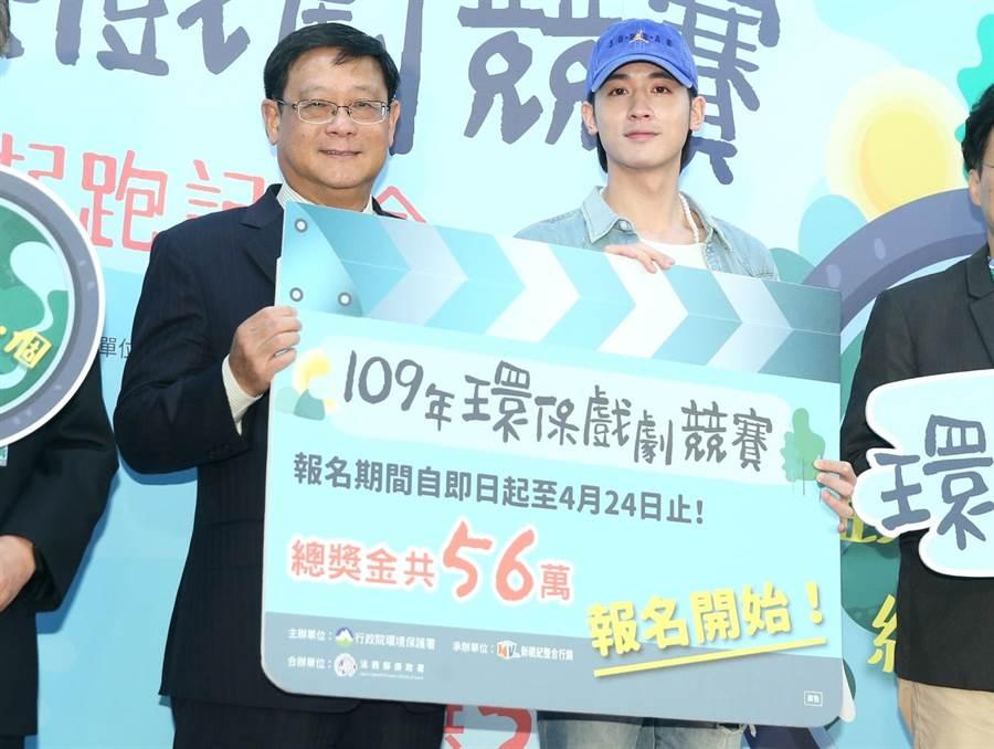 小樂吳思賢受邀擔任環保署戲劇競賽推廣大使,27日出席記者會活動和環保署長張子敬合影。(粘耿豪攝)