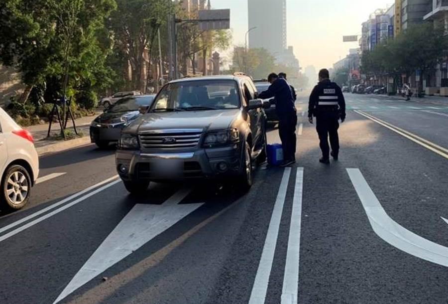 蔡男將車開到沒油,車丟著就買油去,員警只得幫指揮交通,等車主買油回來。(中市警局第四分局提供/黃國峰台中傳真)
