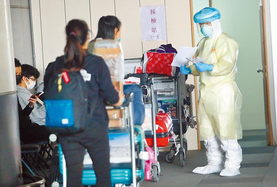 新冠肺炎爆發海外返國潮,居家檢疫人數瞬間爆量,已造成負責追蹤管理第一線人員壓力破表,恐成為台灣防疫上的大破口。圖為模擬居家隔離民眾離開社區,警方積極協尋。(本報資料照片)