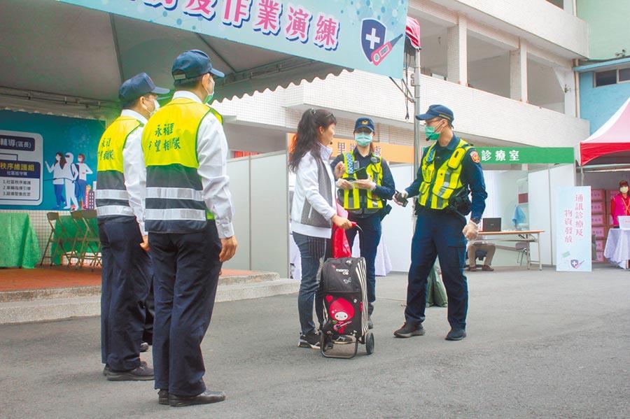 新冠肺炎爆發海外返國潮,居家檢疫人數瞬間爆量,已造成負責追蹤管理第一線人員壓力破表,恐成為台灣防疫上的大破口。圖為防疫人員正準備為入境旅客採集檢體。(范揚光攝)