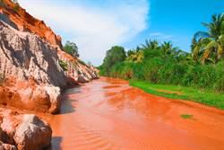 加拿大驚現鮮紅「血河」 真相傻眼