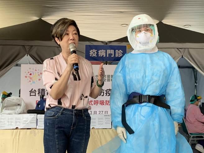 台積電慈善基金會董事長張淑芬(左)介紹此次捐贈的淨氣面罩、空氣濾淨主機與濾毒罐等裝備。(邱立雅攝)