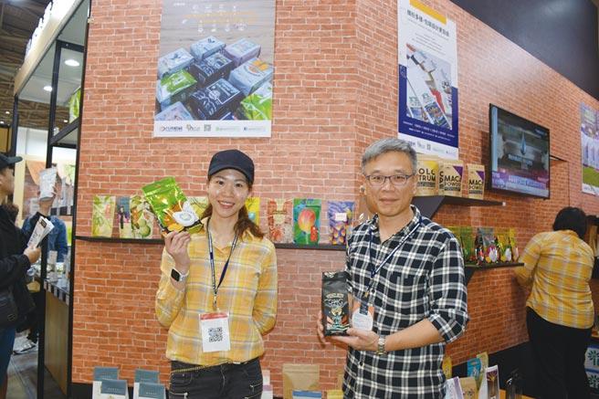 台灣積層營業一部經理劉志澄(右)、台灣積層電商行銷課課長江幸橋(左)解說最新咖啡包裝趨勢。圖/台灣積層提供