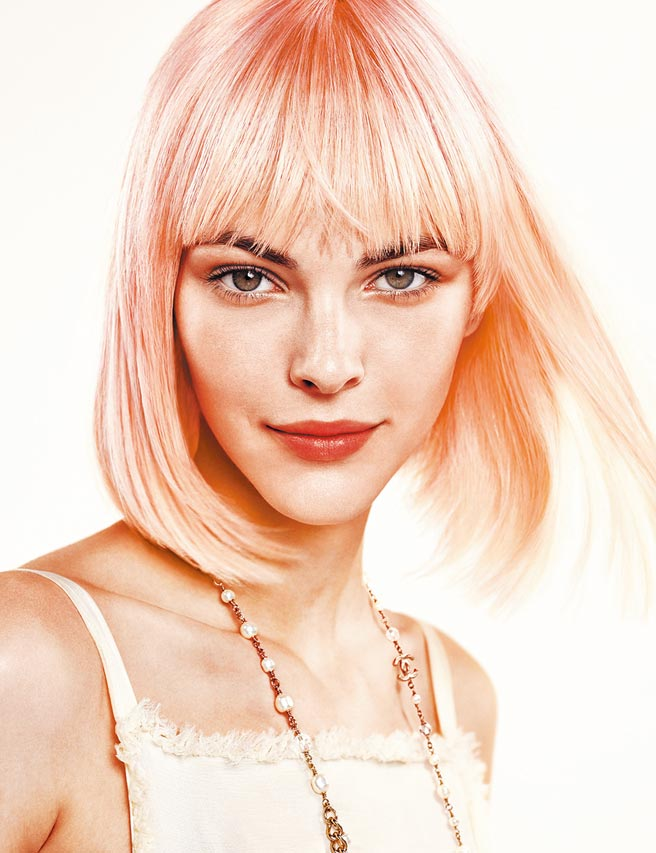香奈兒珍珠光感美白彩妝系列形象圖。(香奈兒提供)