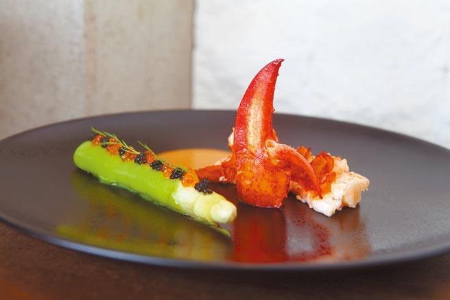 白蘆筍佐龍蝦把白蘆筍經過高湯滾煮後,搭配肉質甜美的波士頓龍蝦,鮮甜度破表。(三二行館提供)
